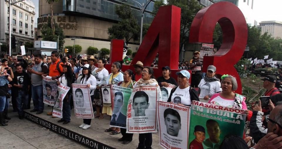 Marcha de padres de Ayotzinapa frente a Antimonumento