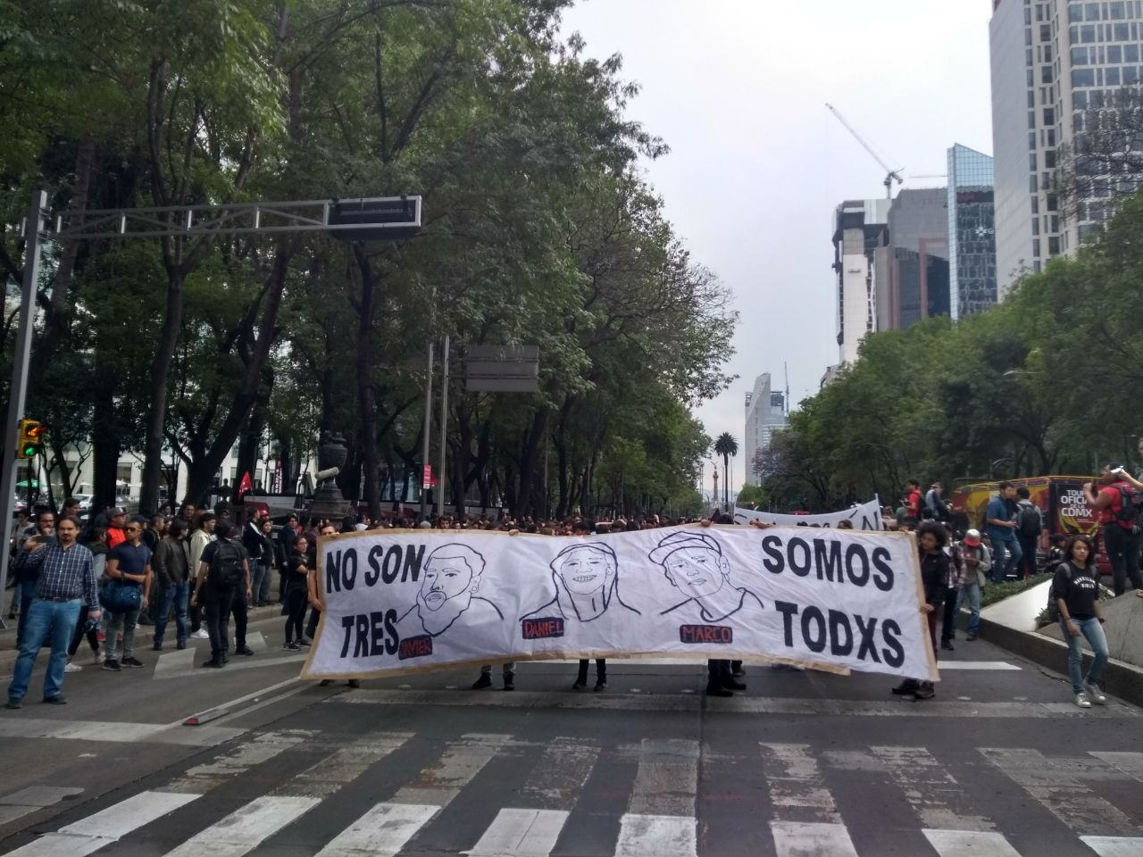 estudiantes durante marcha #nosontressomostodxs