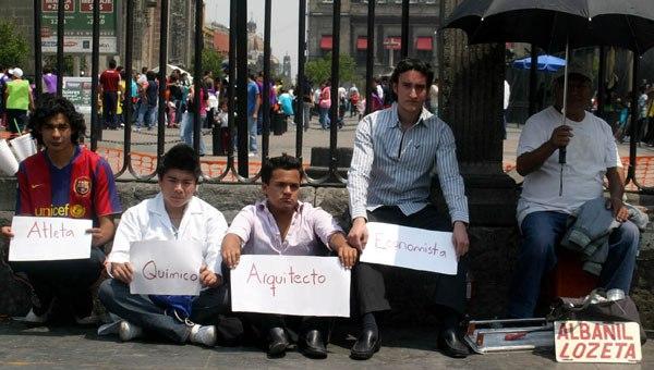 En México los jóvenes trabajan jornadas largas, sin contrato y sin seguro