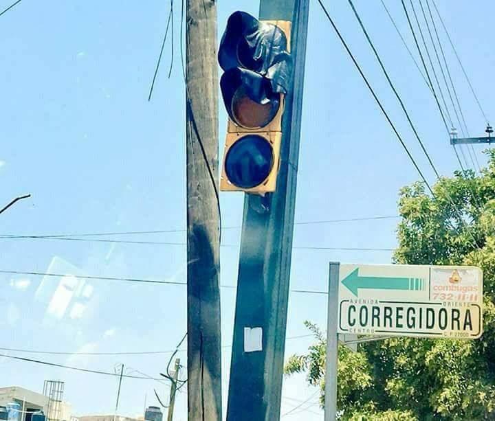 Semáforos se derriten por el calor en Torreón