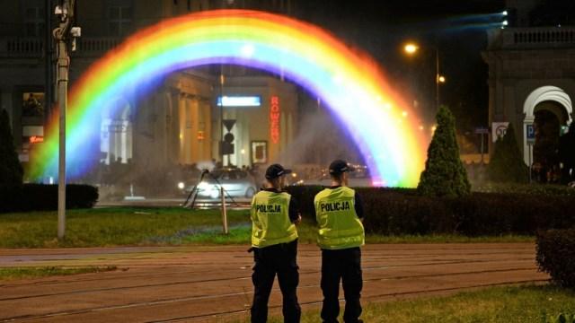 Polonia crean instalación 'irrompible' para orgullo LGBT+