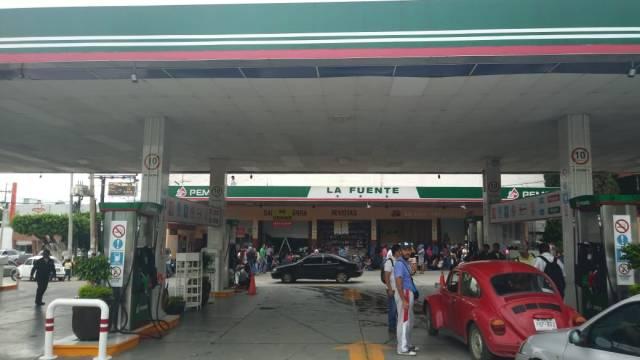 Maestros de la CNTE toman gasolineras y reparten gasolina en Tuxtla Gutiérrez