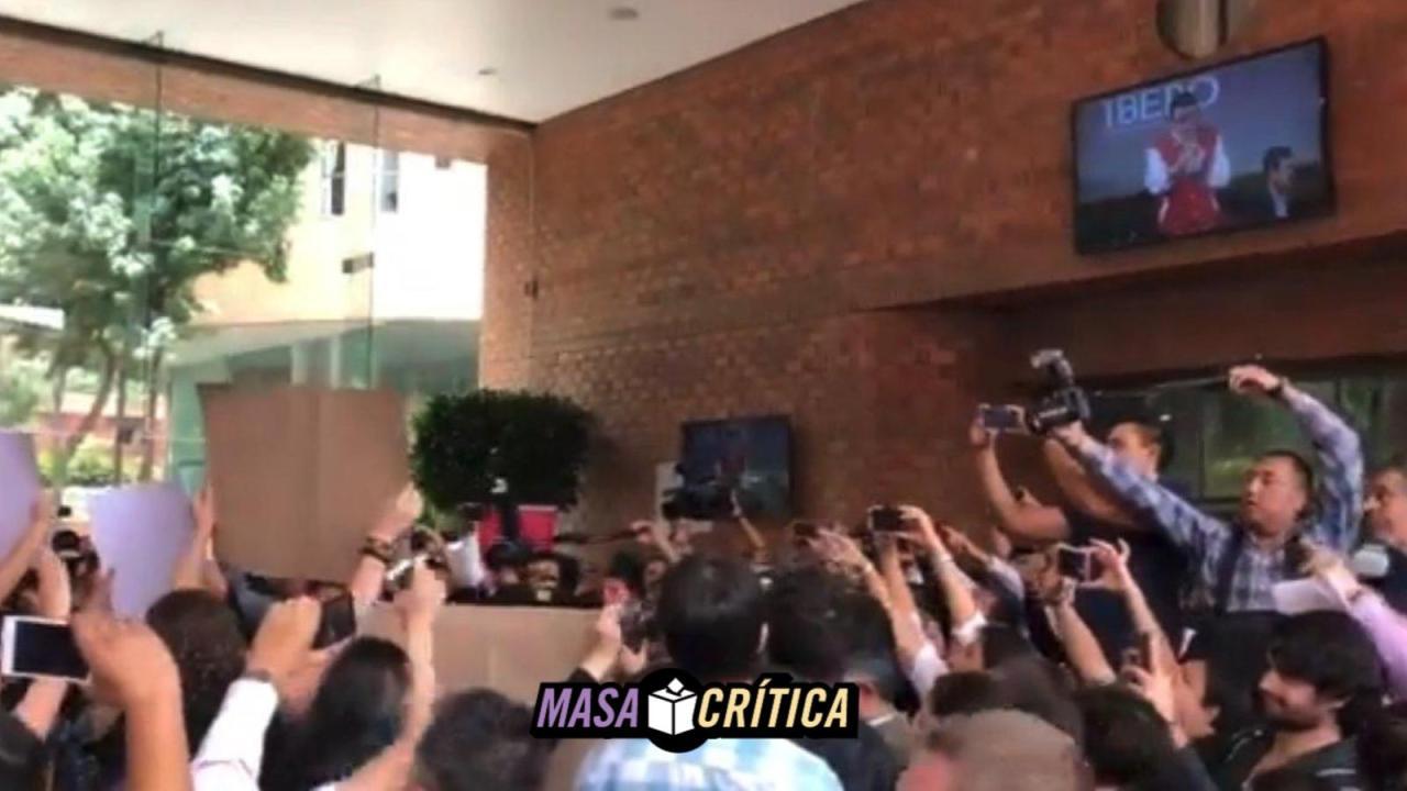 Estudiantes de la Ibero abuchean a Mikel Arriola, candidato del PRI a CDMX