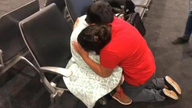 Madre e hijo separados por ICE por fin se reúnen