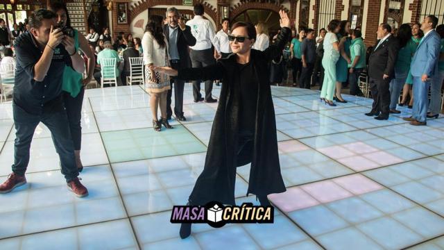 Purificación hizo cierre de campaña vestida como en Matrix