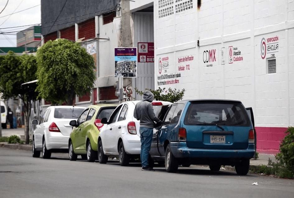 Gestores ofrecen sus servicios afuera del verificentro IZ 12. Imagen: Reforma