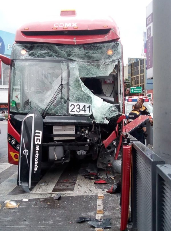 19 lesionados por choque del Metrobús en Benjamín Franklin Línea 2