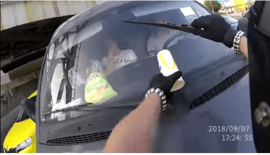 Motociclista devuelve su basura a conductor