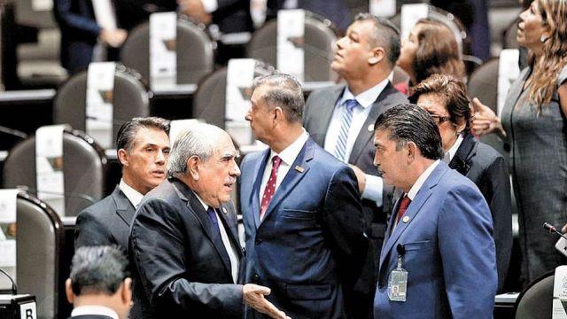 Diputados aprueban tope de salarios a funcionarios