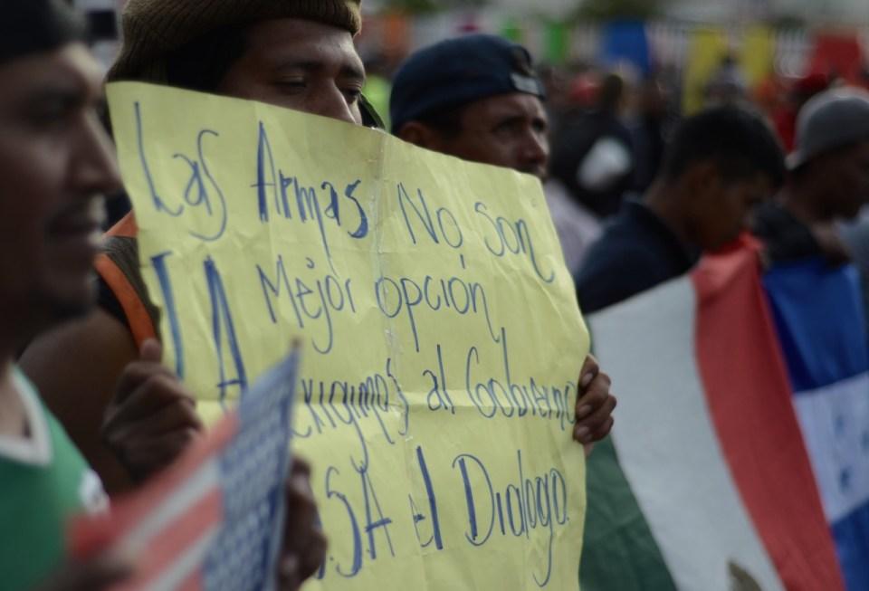 Migrantes protestando en la garita de San Ysidro, California