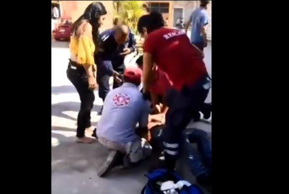 Servicios médicos dan atención de emergencia a joven herido