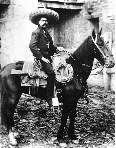"""Registran marca de """"Zapata"""" par vender tequila y trajes de charro"""