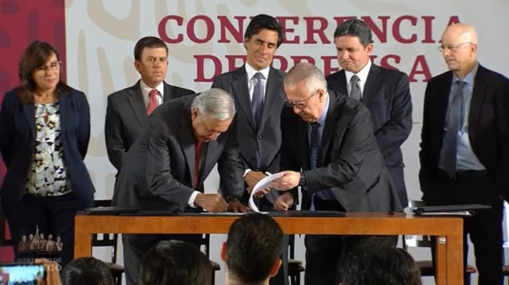 AMLO refinancia junto a Mizuho Securities la deuda de PEMEX