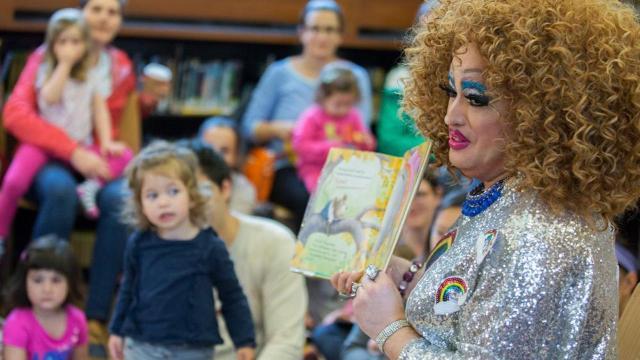 Iglesia apoya lectura de drag queens cuando oficiales la cancelan