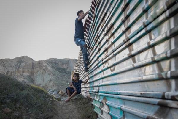 Centroamericanos se entregan a autoridades para iniciar proceso de asilo