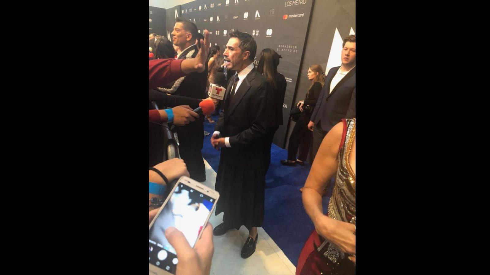 Sergio Mayer usa falda para apoyar movimiento feminista