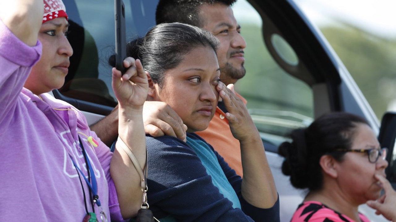 200 niños desprotegidos después de redadas migrantes