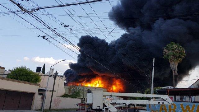 Fuerte incendio en Monterrey, usuarios graban llamaradas