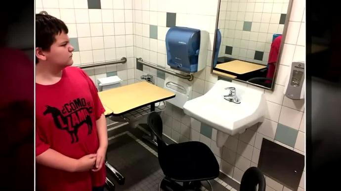Escuela coloca escritorio de niño autista en el baño