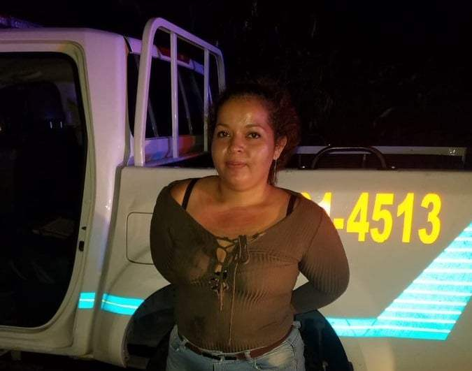 En El Salvador mujer roba patrulla a policías en un descuido