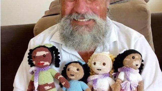 Un señor teje muñecas con vitiligo para ayudar a niños con esa condición