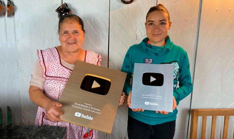 Doña Angela recibe placas por su canal de Youtube 'De mi rancho a tu cocina'.