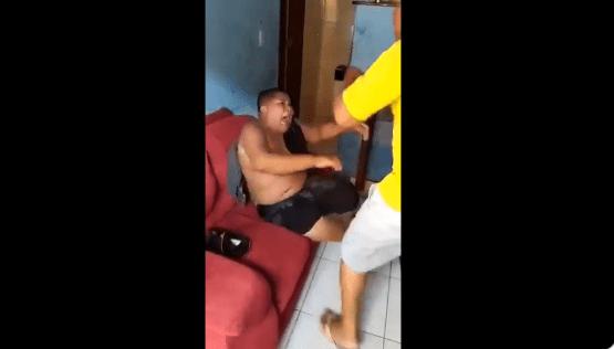 Padre golpea a hijo por verlo bailar con otro hombre
