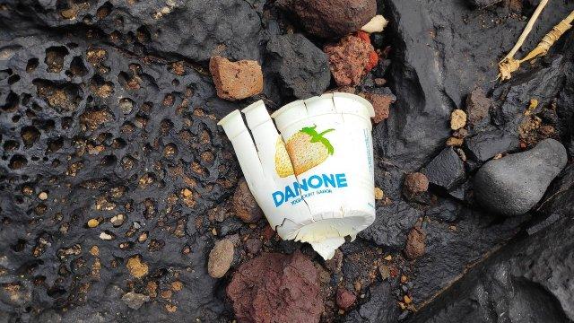 10/11/19 yogurt-envase-playa-basura/ envase