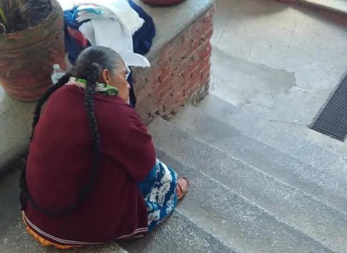 Artesana purépecha triste por no vender sus servilletas