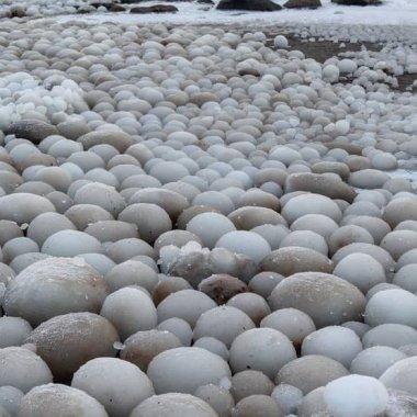 Aparecen huevos de hielo en playa de Finlandia