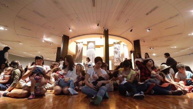 Madres protestan amamantando en el Museo de Arte Moderno