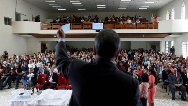 Pastor Evangélico dando misa en Brasil
