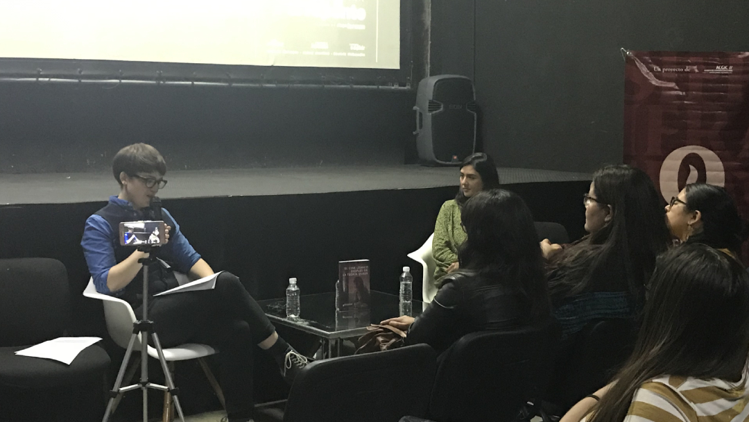 Clara Bradbury-Rance presentando su libro de cine lésbico en la Facultad de Cine