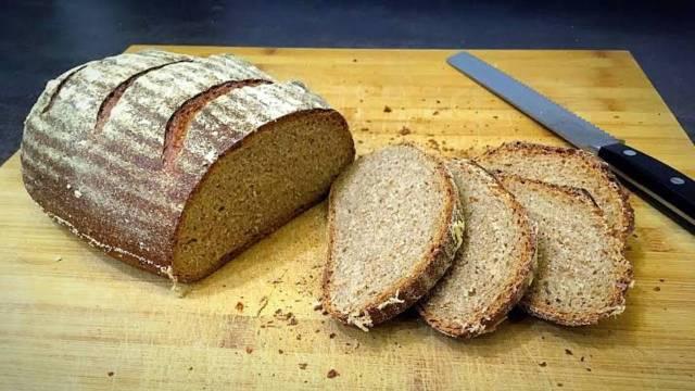 Mujeres cocinan pan que dura una semana con semilla de trigo en extinción