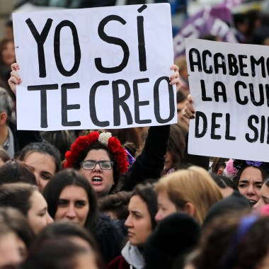Violan en manada a chica de 17 en argentina.