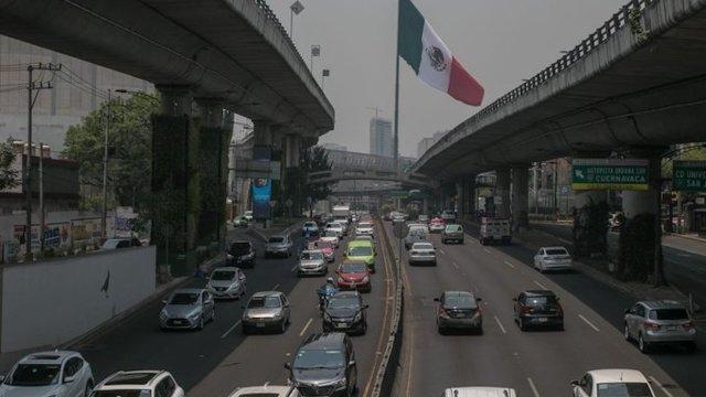 automoviles en trafico esperan la multa por no usar el auto compartido