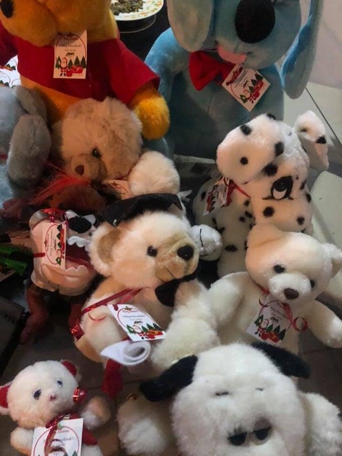 Un chofer regaló juguetes a los niños que estaban en el autobus