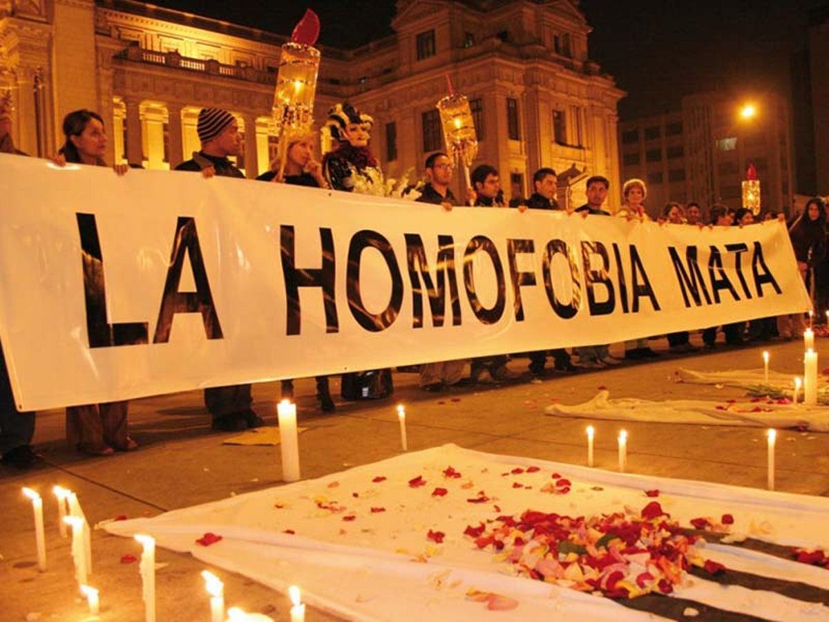 Hombre ataca a pareja gay con un látigo en una plaza.