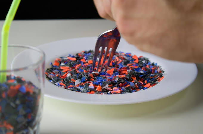Hallan microplásticos en heces fecales humanas