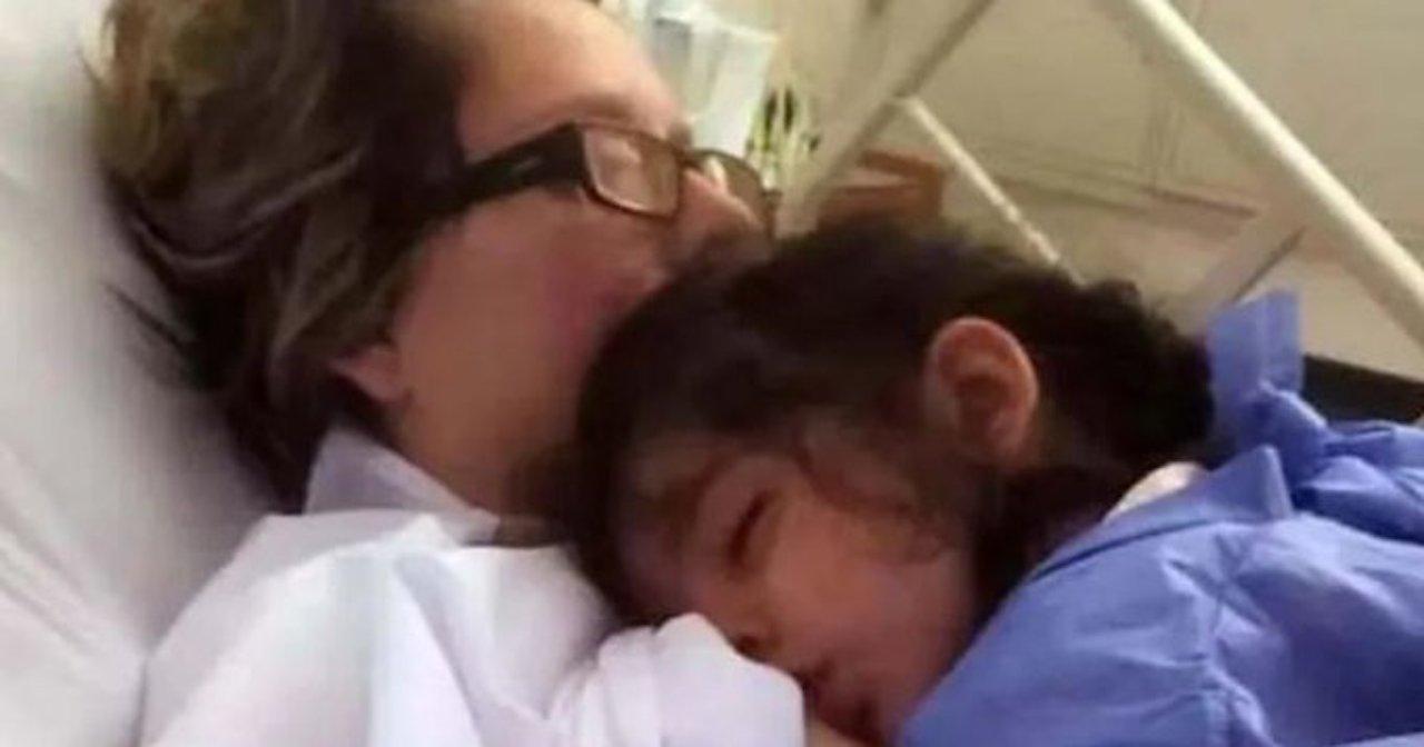 Una mujer amamantando a su hija tras estar en coma durante un mes debido a un accidente
