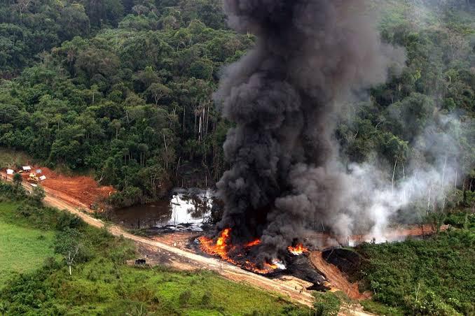 Sacerdote confunde agua bendita con gasolina y causa explosión