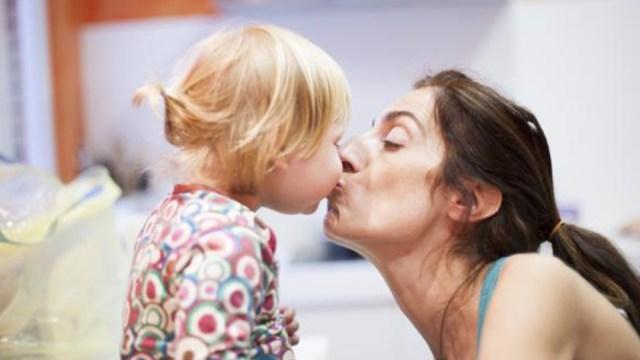 IMSS recomienda no besar a los niños en la boca.