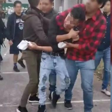 Alumnos de la UAM detienen a asaltantes dentro del plantel.