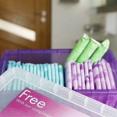 Darán toallas y tampones gratuitos a niñas en escuelas de Inglaterra.