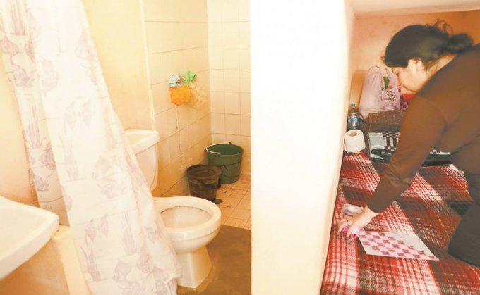 Reclusas utilizan hacen toallas sanitarias con trapos y calcetines
