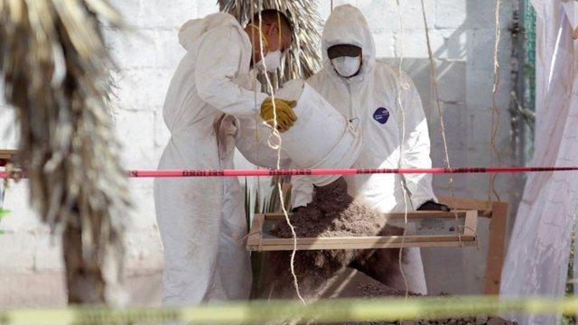 En México se entregan cuerpos equivocados ¿hay una crisis forense? (imagen: Trabajadores forenses son fotografiados cerca de una fosa común durante una exhumación en Saltillo, México, en noviembre de 2019