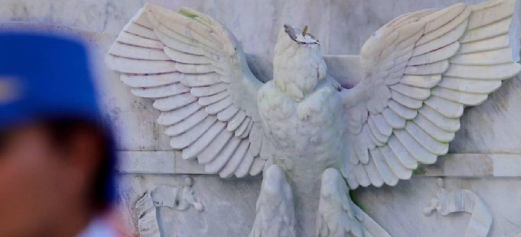 Un joven decapitó el águila del Hemiciclo a Juárez; enfrentará 10 años de prisión (Imagen: Aristegui Noticias)