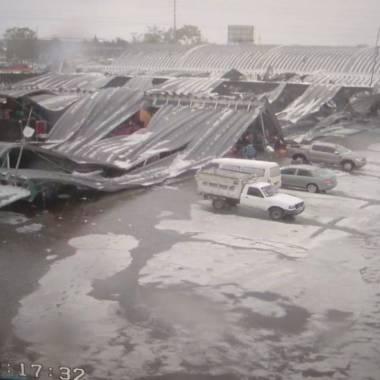 Colapsa techo de la Central de Abasto por granizo