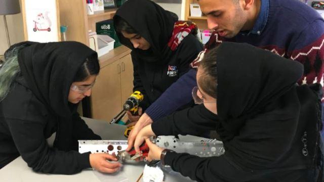 Adolescentes afganas construyen ventiladores para Covid con autopartes