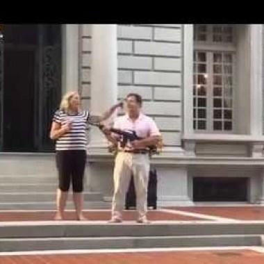 Pareja de abogados recibió con un fusil de asalto a manifestantes, La pareja McCloskey aseguró haber tomado esa medida porque temieron por su vida